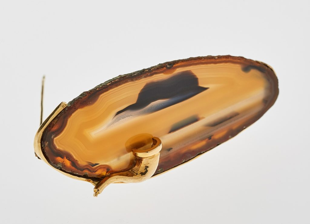 Jean Vendome, broche Magritte, 1980, or jaune et agate. Collection privée. Photo Benjamin Chelly.