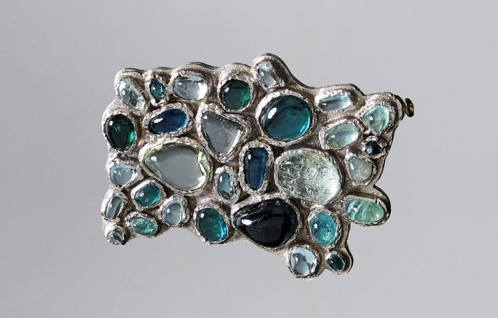 Jean Vendome, broche Mal Pavée, 1955, or blanc, tourmalines, béryls. Collection privée. Photo B Chelly. Il était une fois le bijou