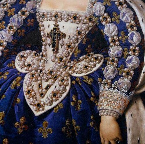 détail des bijoux cousus sur la robe de Marie de Médicis
