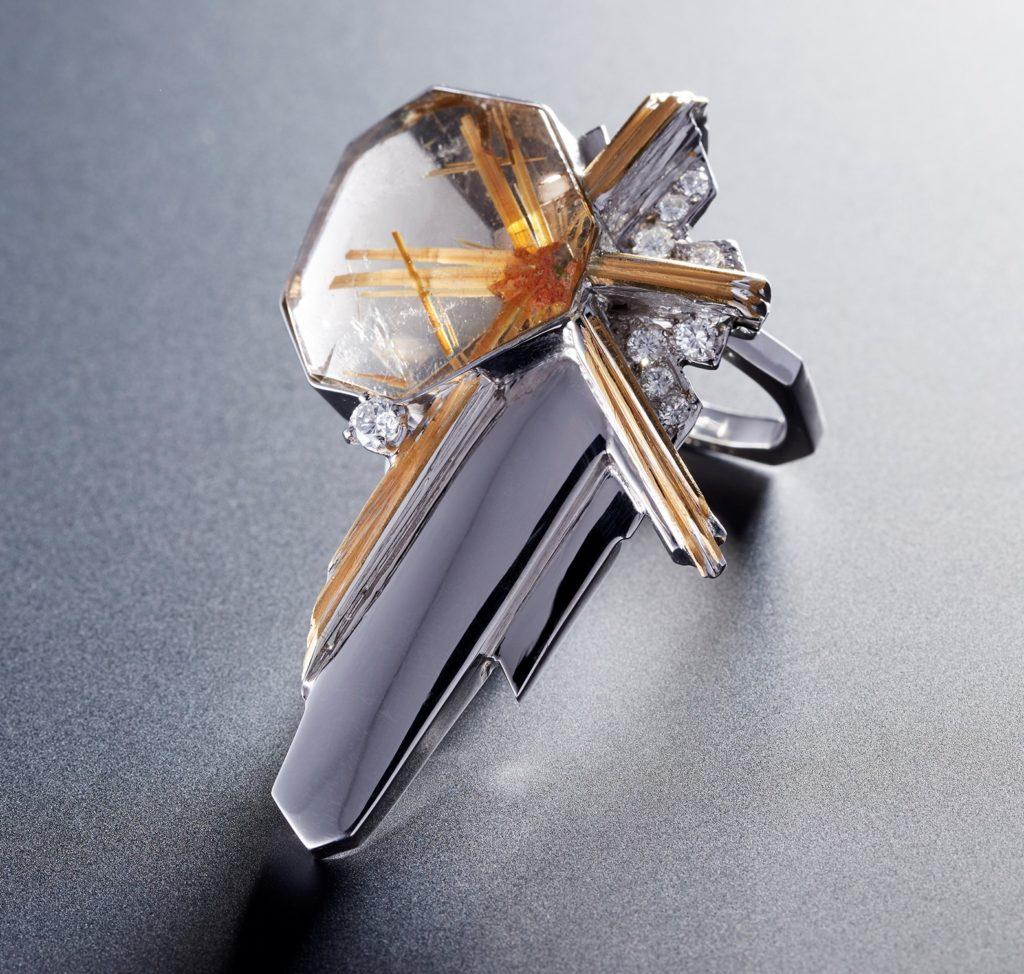 Jean Vendome, bague-pendentif, 2002, or blanc, or jaune, diamants, quartz rutilé étoilé. Collection privée. Photo Benjamin Chelly. Il