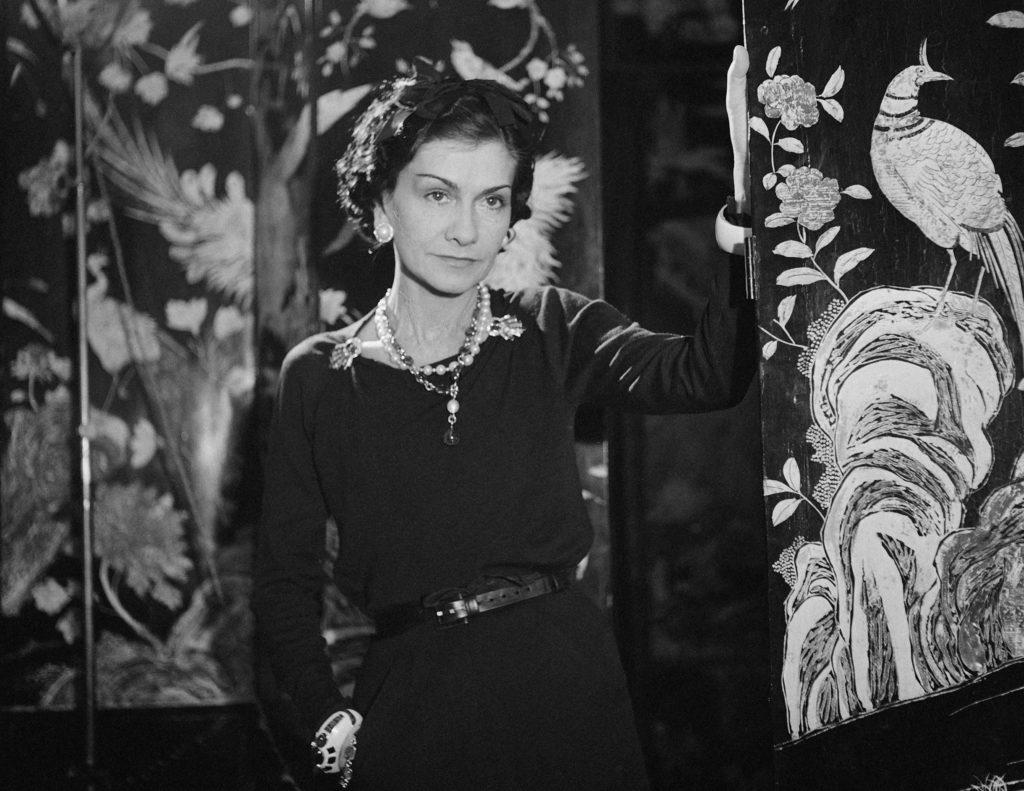 Gabrielle Chanel, 1937, au milieu de ses coromandels